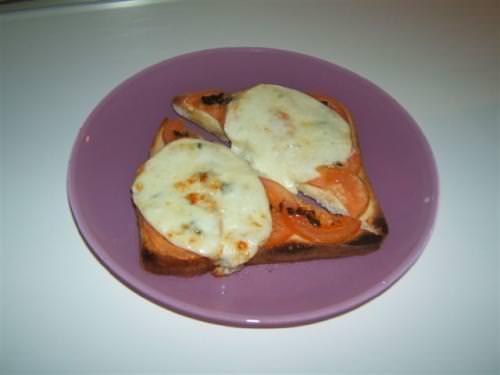 Crostoni pomodoro e provola