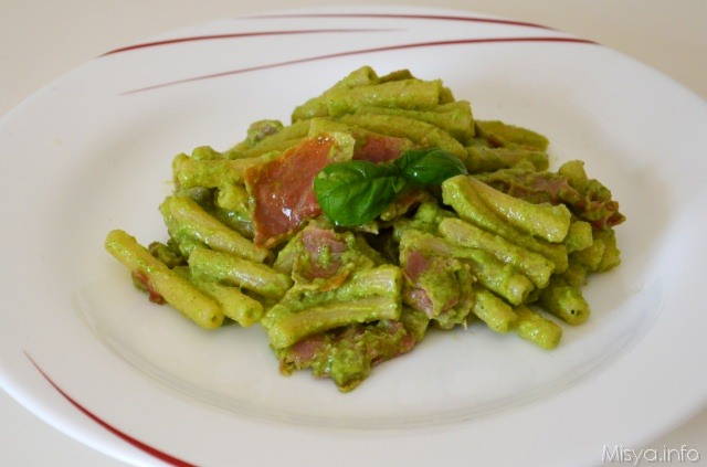 Pasta con prosciutto crudo e pesto di zucchine