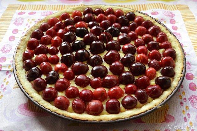 Crostata con crema alle mandorle e ciliegie