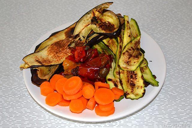 tagliare le verdure e grigliarle, bollire la carota