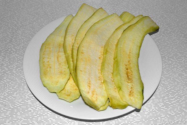 spuntare e tagliare le melanzane