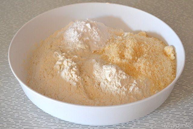 mescolare farina, parmigiano e lievito