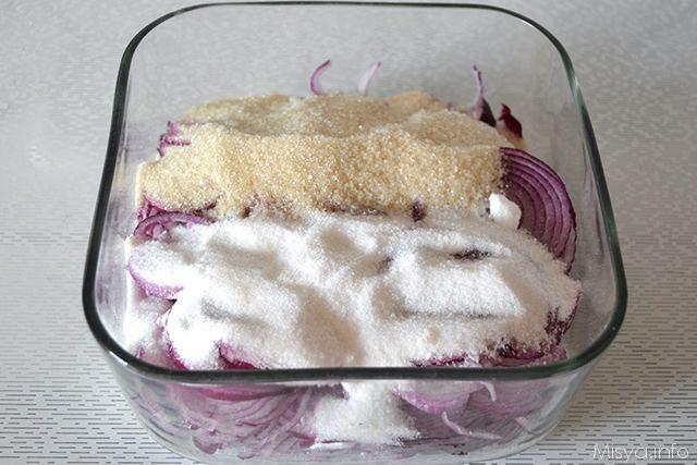 mettere in una ciotola le cipolle con lo zucchero di canna, lo zucchero bianco ed il cognac