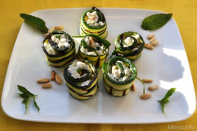 Rotolini di zucchine con formaggio e pinoli