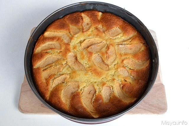 torta di mele sfornata