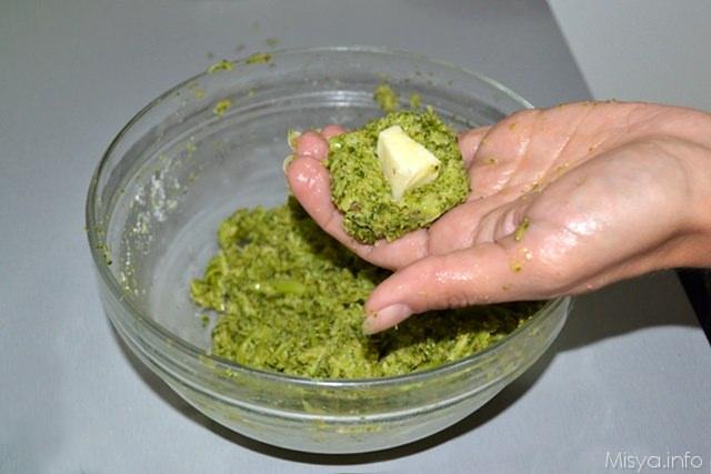 7 aggiungere formaggio polpette di broccoli