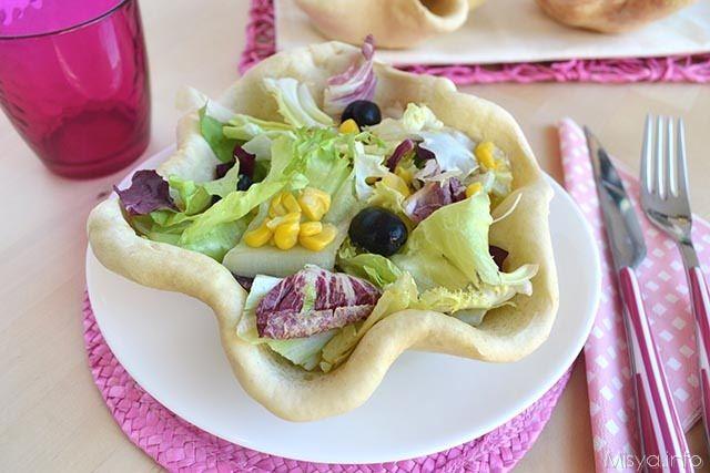 Cestini di pane pizza con insalata