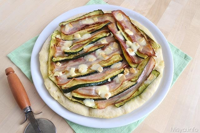 Pizza bacon zucchine e provola