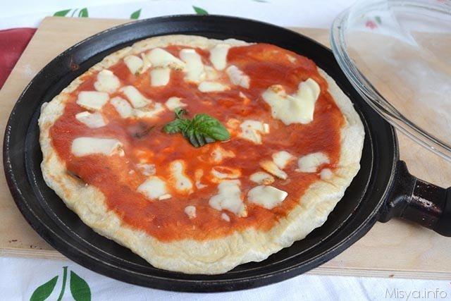 Pizza margherita sul testo