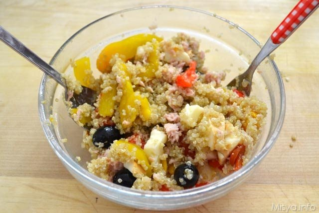 Insalata di quinoa con peperoni e tonno 9