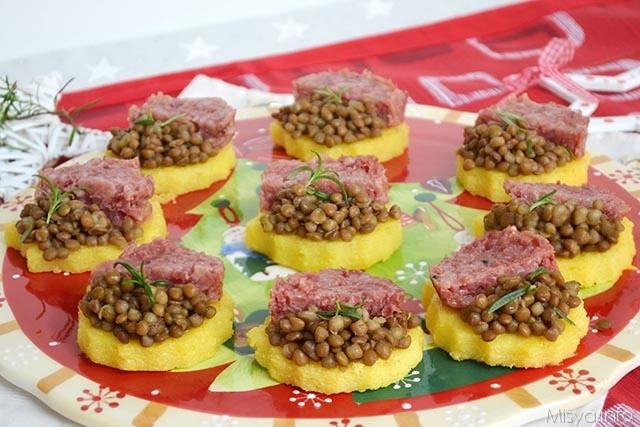 Tartine di polenta lenticchie e cotechino