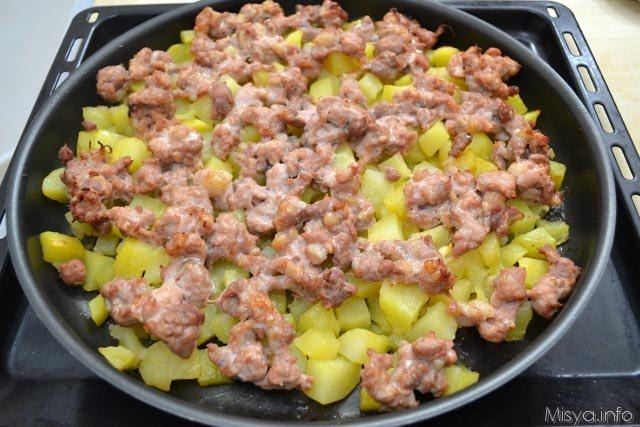 cuocere patate e salscicce