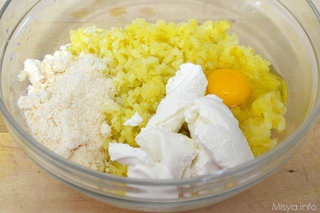 5 aggiungere uova e ricotta