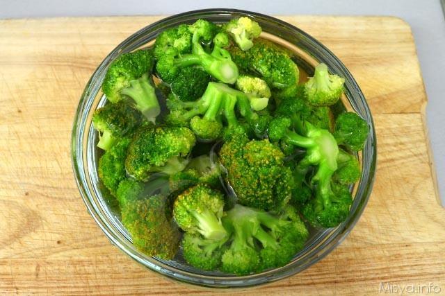 3 broccoli nell acqua