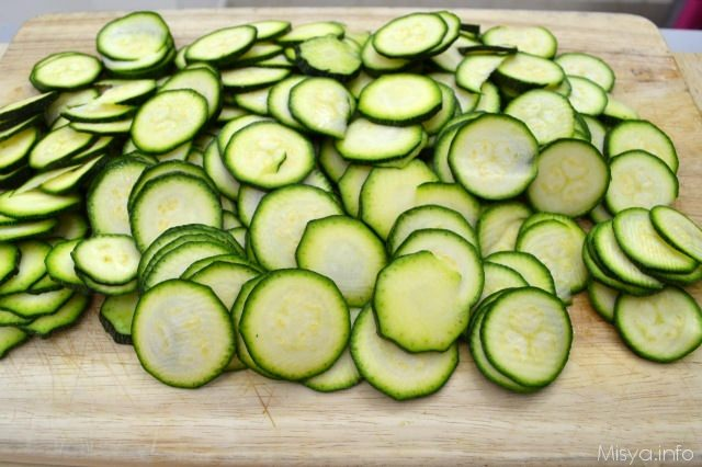 1 tagliare zucchine a rondelle