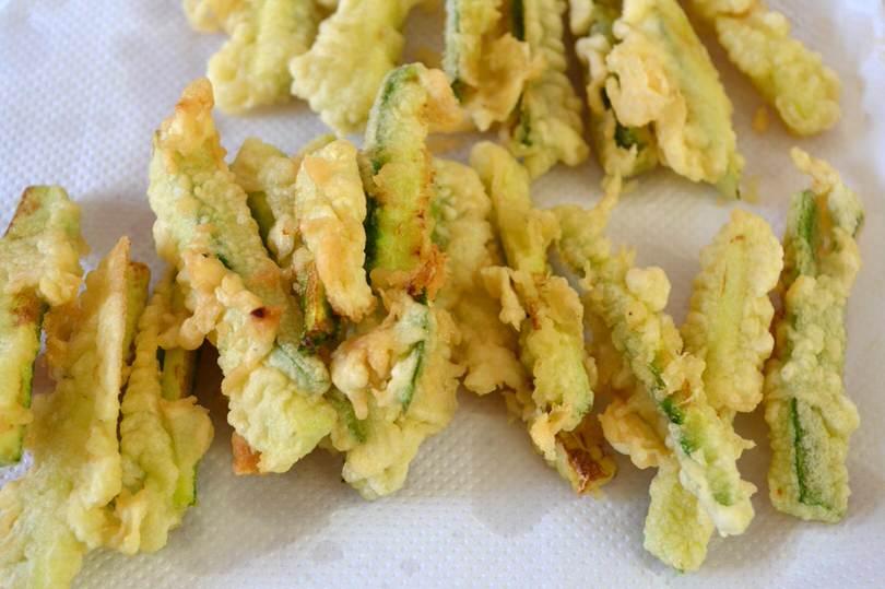 4 zucchine su carta assorbente