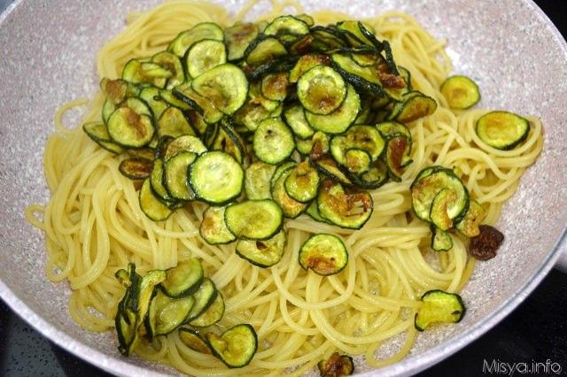 5 scolare pasta e aggiungere zucchine