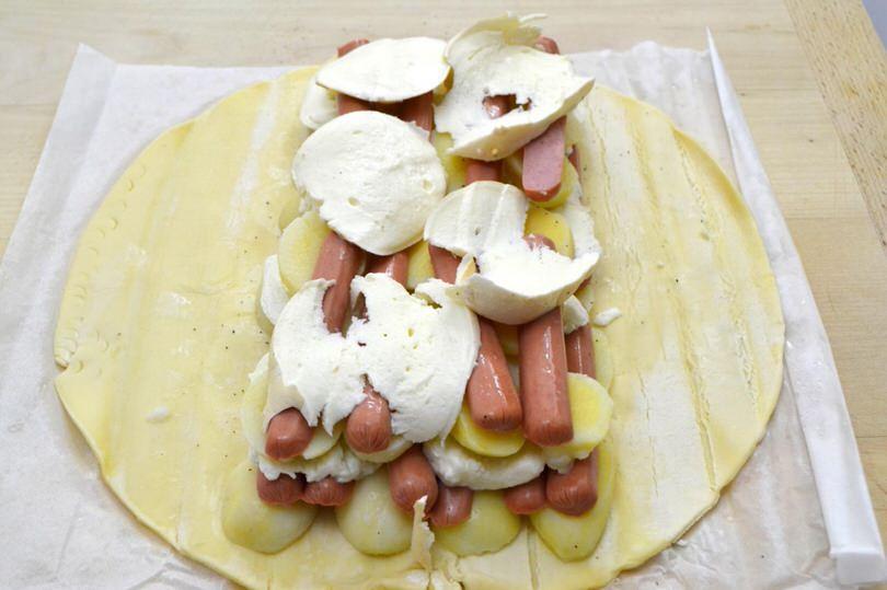 5 aggiungere wurstel mozzarella