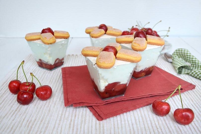 Bicchierini ciliegie e mousse allo yogurt