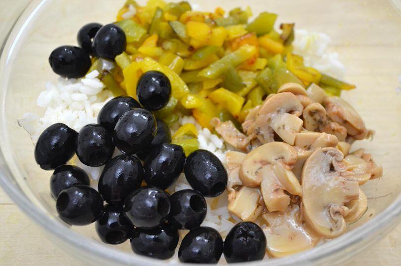 aggiungere funghi olive peperoni