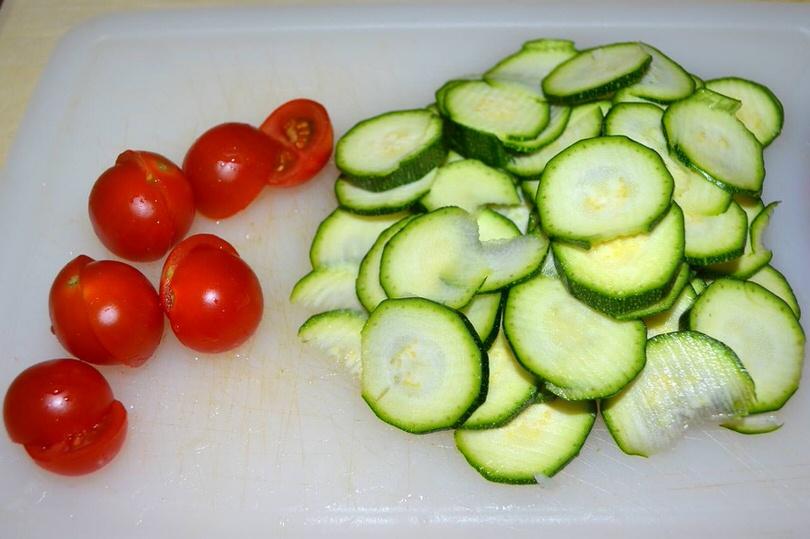 tagliare zucchine e pomodorini