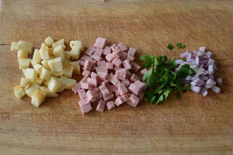 1 tagliare prosciutto e formaggio