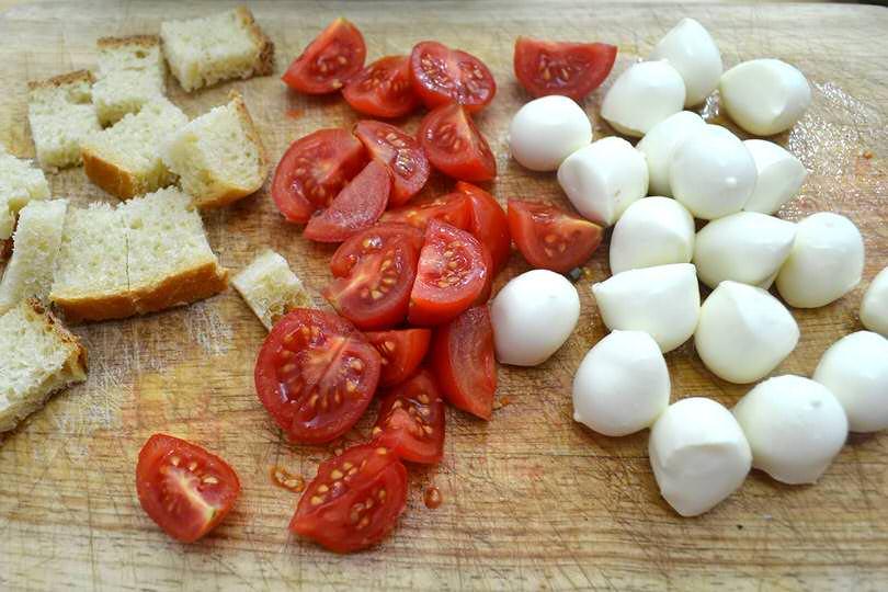 1 tagliare pomodorini e pane