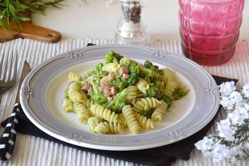 Pasta broccoli e pancetta ricetta pasta broccoli e for Ricette di primi piatti veloci