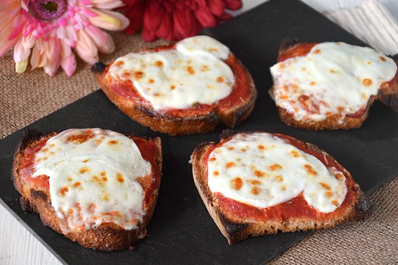 Crostoni pomodoro e mozzarella